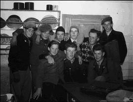 """Nachwuchmusiker in der Küche beim""""Kuchenbauer"""" in Hausen 1954"""